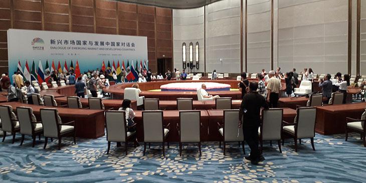 """""""Okrągły stół"""" przy którym w ubiegłym roku zasiedli przywódcy pięciu gospodarczych potęg świata: Brazylii, Rosji, Indii, Chin i Republiki Południowej Afryki tworzących sojusz BRICS"""