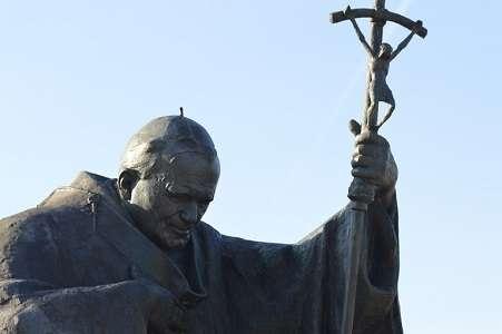 """Pomnik św. Jana Pawła II w Sanktuarium """"Nie lękajcie się!"""" w Krakowie - Białych Morzach"""