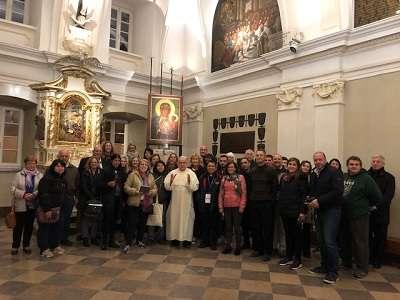 Grupa angielsko-języczna na wspólnym zdjęciu z przewodnikiem - Ojcem Paulinem z Sanktuarium w Częstochowie