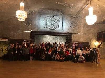 Ostatnie wspólne zdjęcie uczestników Kongresu po galowej kolacji z komorze Warszawa w Wieliczce