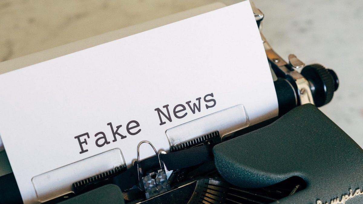 """Maszyna z kartką z napisem """"fake news"""""""