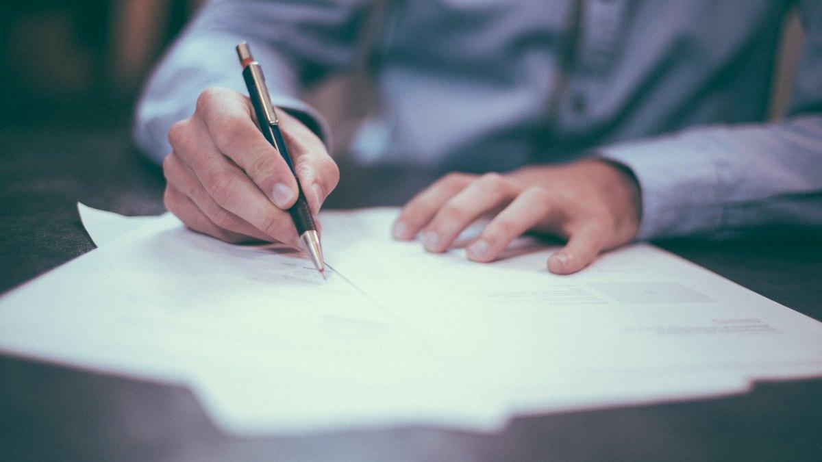 Mężczyzna podpisujący dokumenty