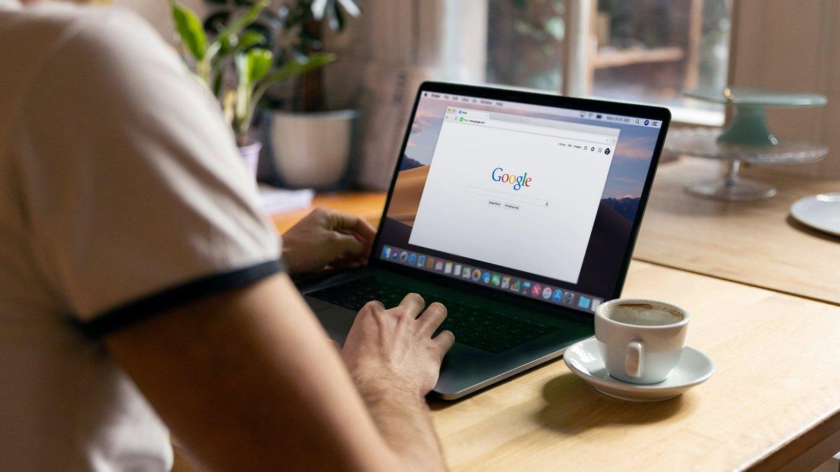 Strona Google otworzona na laptopie