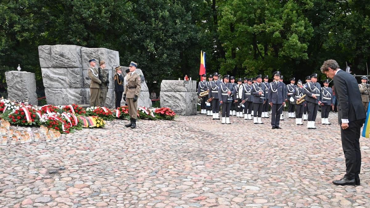 Ambasador Arndt Freytag von Loringhoven przed Pomnikiem Polegli Niepokonani w Warszawie