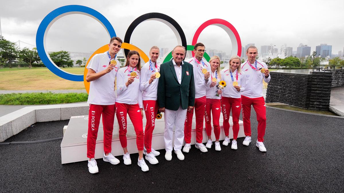 Dekoracja polskich mistrzów olimpijskich Igrzysk XXXII Olimpiady Tokio 2020 w sztafecie mieszanej 4x400 m.